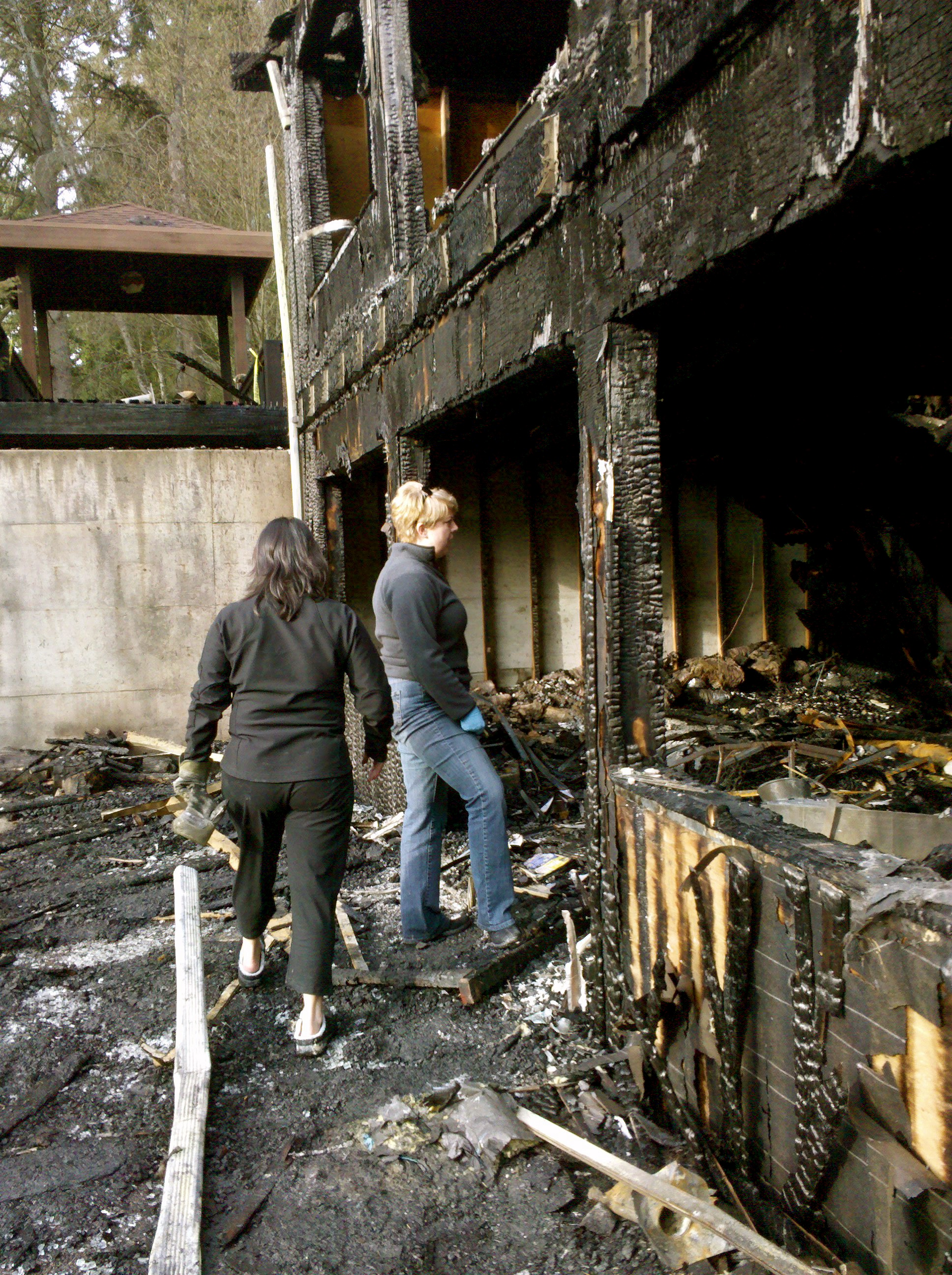 Kristina Bass (left, in black) with friend Kristen S. a day or two after the Edmonds Fire. Foto by William Bass.