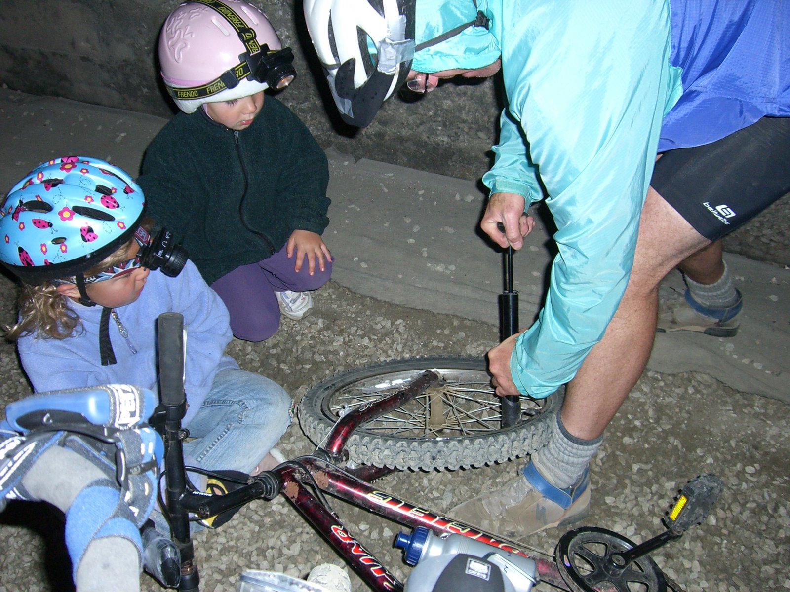 Daddy pumping up Katie's flat tire as Talia watches, Snoqualmie Tunnel, Iron Horse Trail, WA, Sunday 20 August 2006. Foto by Kristina Katayama Bass.