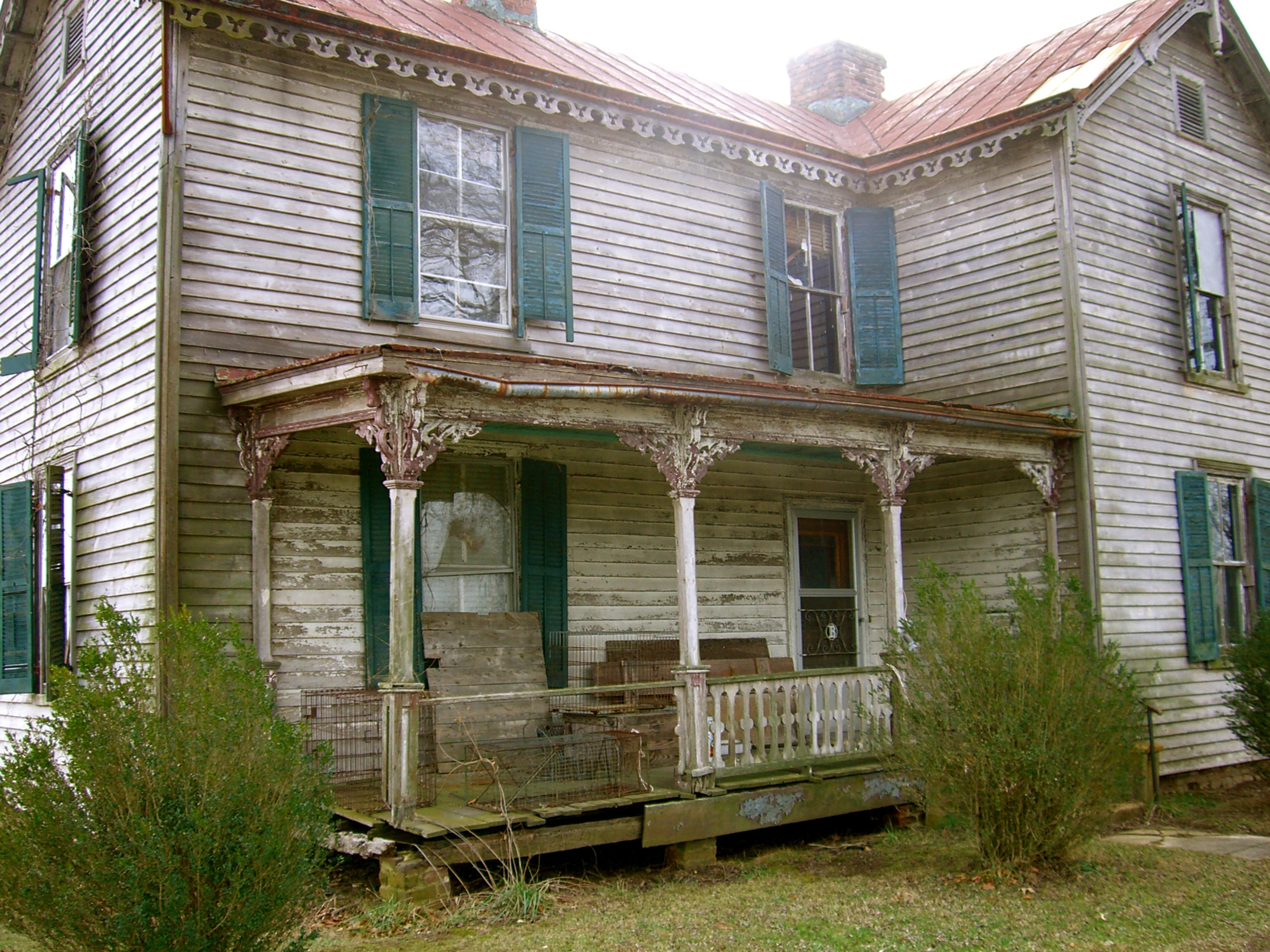 The old house breathes in and breathes out as if alive in some strange way. Foto by William Bass.